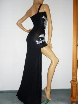 Schwarzes Abendkleid mit Dekoration